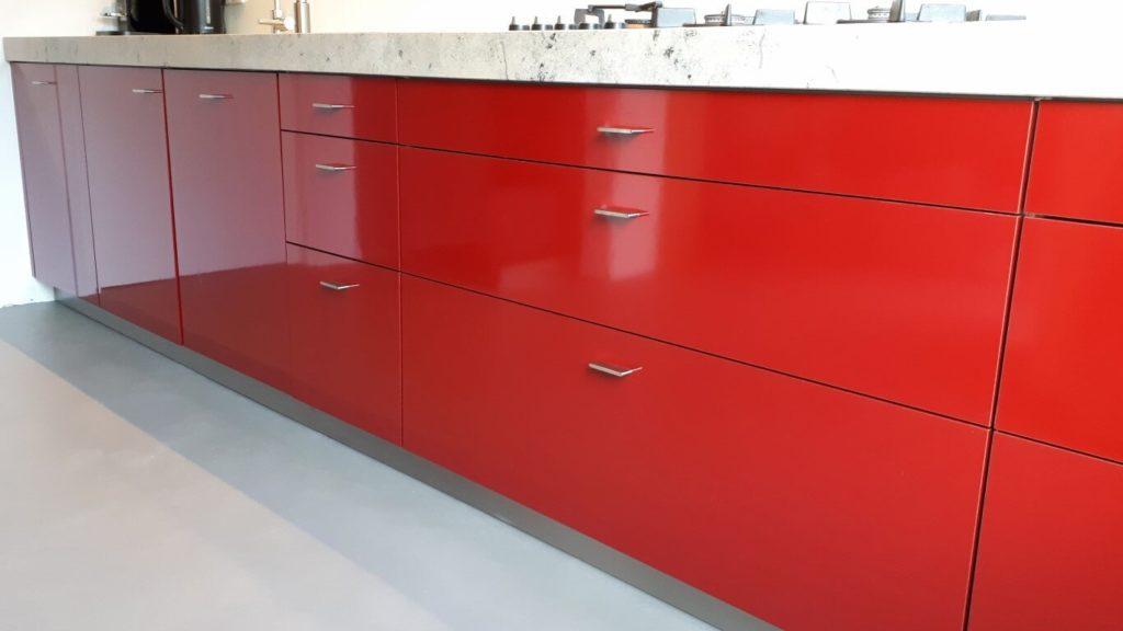 1 keuken wrapped rood - zwart dmv interieurfolie we repair (Medium)