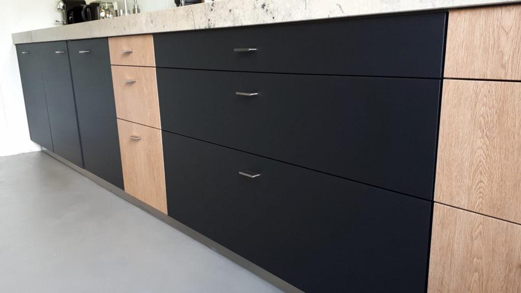 2 keuken wrapped rood - zwart dmv interieurfolie we repair (Medium)