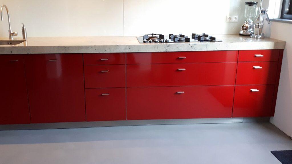3 keuken wrapped rood - zwart dmv interieurfolie we repair (Medium)