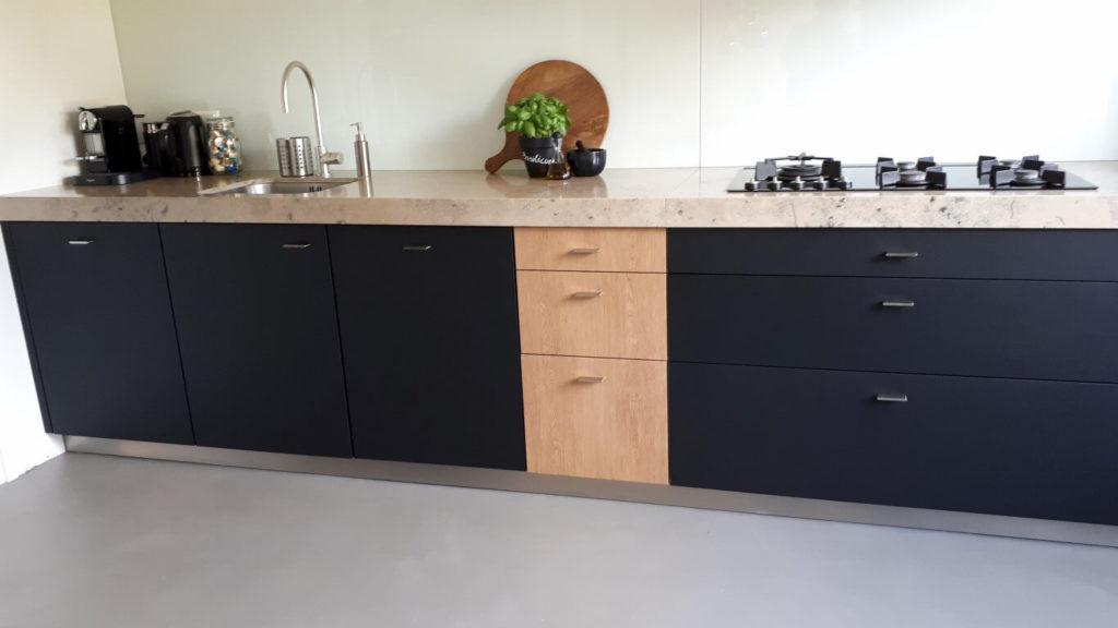 6 keuken wrapped rood - zwart dmv interieurfolie we repair (Medium)