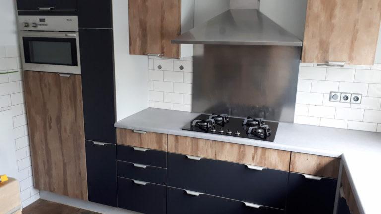 keuken wrappen interieurfolie rood naar antraciet / houtlook
